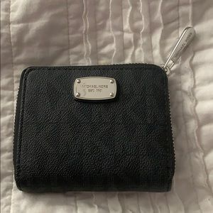 Micheal Kors Wallet (Barely Used, Great Condition)